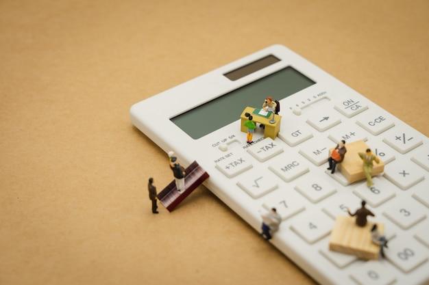 Payez le revenu annuel (tax) de l'année sur la calculatrice. en utilisant comme concept d'entreprise de fond Photo Premium