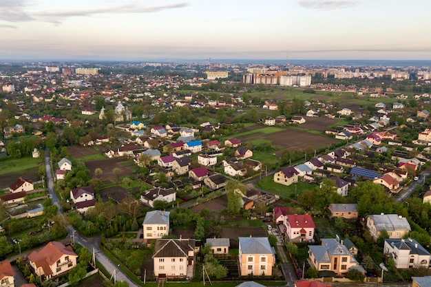 Paysage aérien de petite ville ou village avec des rangées de maisons d'habitation et des arbres verts Photo Premium