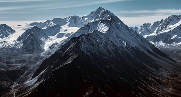 Paysage d'automne dans les vallées de montagne Photo Premium