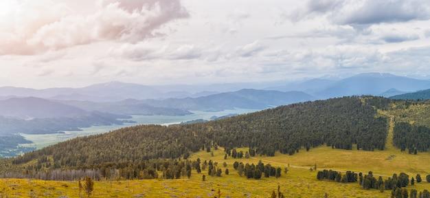 Paysage D'automne Montagne Altai District De Chemalsky: Hautes Montagnes Couvertes De Pins Et De Cèdres, Couvertes De Nuages. Panorama Des Montagnes. Photo Premium