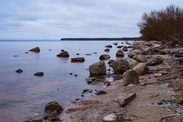 Paysage D'automne Sur Le Réservoir De Rybinsk, Russie. Plage De Sable Avec Arbres Et Rochers. Ciel Nuageux Photo Premium
