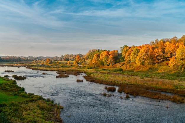 Paysage d'automne de la rivière. lettonie, kuldiga. l'europe  Photo Premium