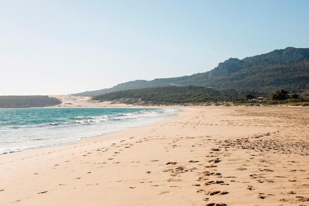 Paysage de bord de mer magnifique avec montagne sur fond Photo gratuit