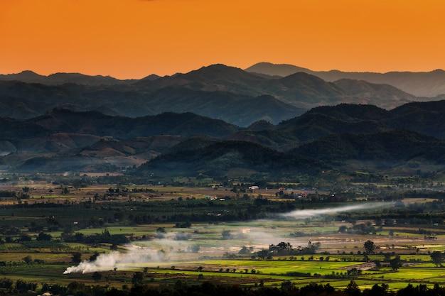 Paysage à chiang mai au nord de la thaïlande avec fond de terres agricoles et de montagnes Photo Premium