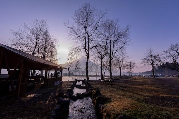 Paysage de ciel bleu fumoto para camping et montagne fuji avec des reflets de l'arbre Photo Premium