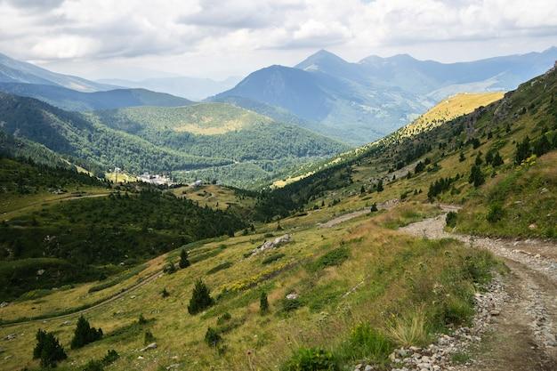 Paysage De Collines Couvertes De Verdure Avec Des Montagnes Rocheuses Photo gratuit