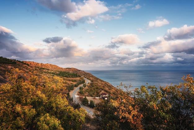 Paysage De Collines, Mer, Ciel, Nuages Et Route Longeant La Côte. Photo Premium