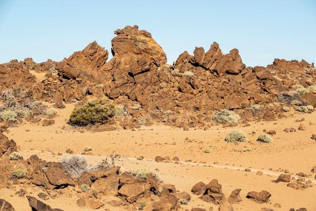 Paysage désert rocheux avec un ciel bleu Photo gratuit