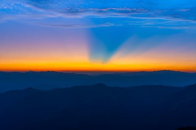 Paysage du lever du soleil sur la montagne à doi pha phueng, nan, thaïlande Photo Premium