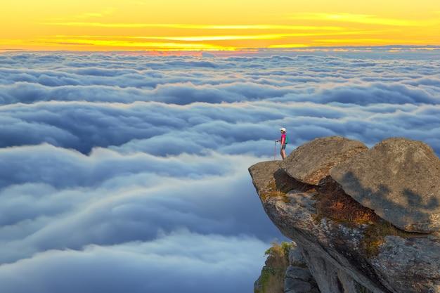 Paysage du lever du soleil sur la montagne en thaïlande Photo Premium