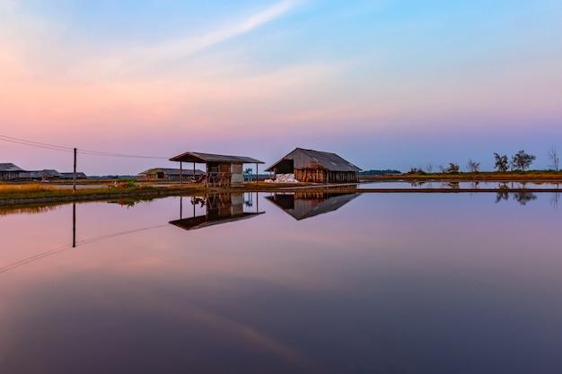 Paysage du matin, reflet de l'entrepôt Photo Premium