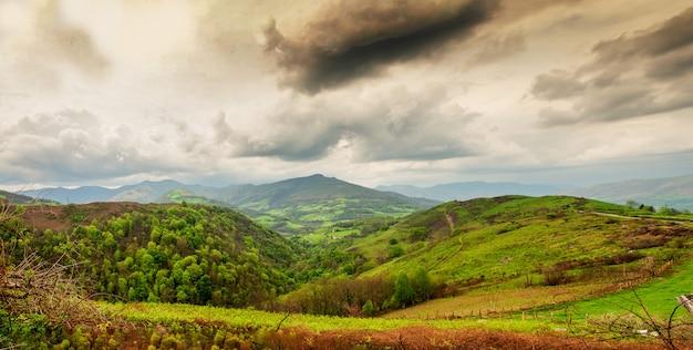 Paysage du pays basque, collines verdoyantes. campagne française dans les montagnes des pyrénées Photo Premium