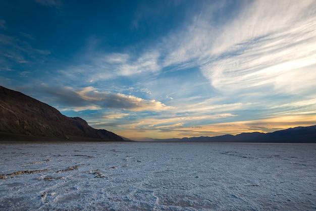 Le paysage emblématique du bassin de badwater, la plus basse élévation de l'hémisphère occidental Photo Premium