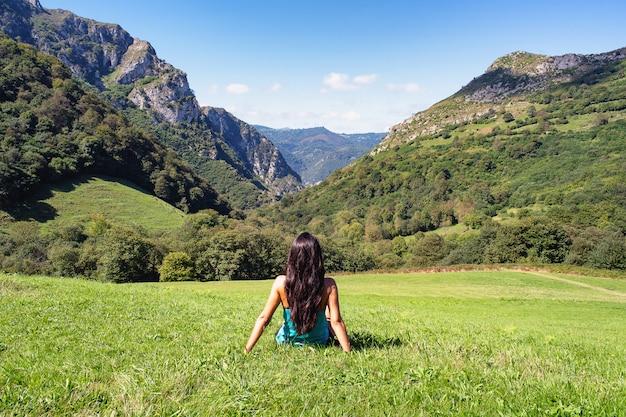Paysage De Femme Dans Les Montagnes Des Asturies, Espagne Photo Premium
