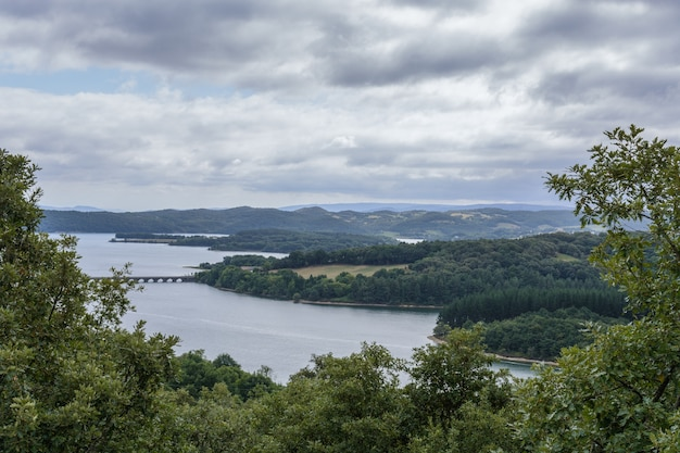 Paysage fluvial avec forêts et ciel orageux au pays basque Photo Premium