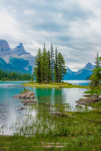 Paysage Forestier Du Canada De Spirit Island Avec La Grande Montagne En Arrière-plan, Alberta, Canada. Photo Premium