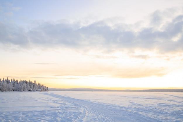 Paysage d'hiver au lever du soleil Photo Premium