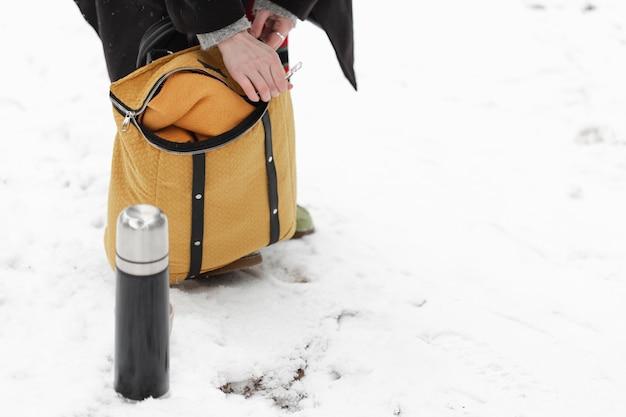 Paysage D'hiver Et Café En Thermos Photo gratuit