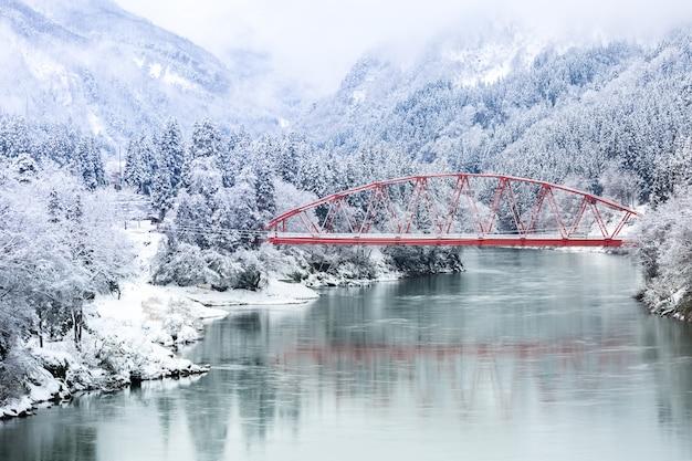 Paysage d'hiver du pont rouge Photo Premium