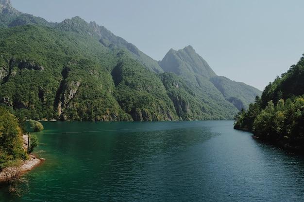 Paysage d'un lac entouré de montagnes Photo gratuit