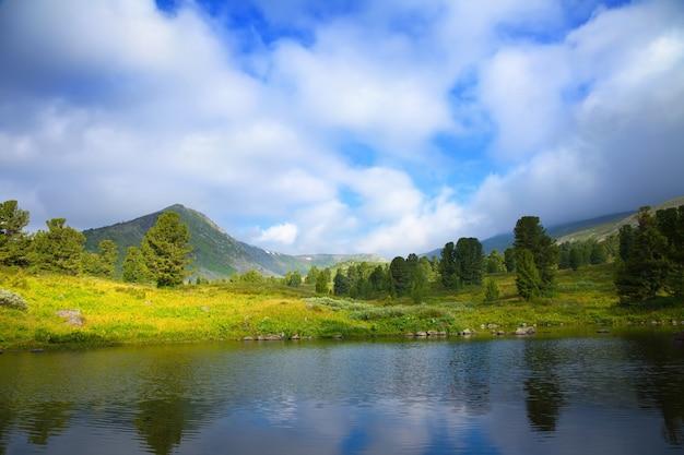 Paysage Avec Le Lac Des Montagnes Photo gratuit