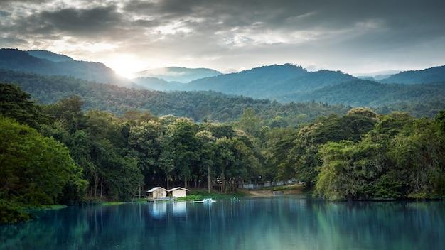 Paysage lacustre avec des montagnes en hiver au coucher du soleil, chiang mai, thaïlande Photo Premium