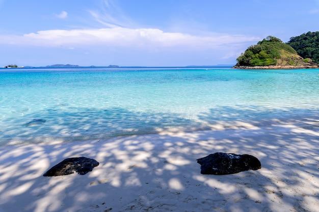 Paysage marin de belle plage vue île de koh chang à la province de trad de l'est de la thaïlande Photo gratuit