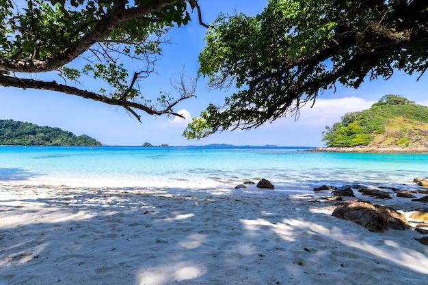Paysage marin de belle plage vue île de koh chang à trad province orientale de la thaïlande sur fond de ciel bleu Photo gratuit
