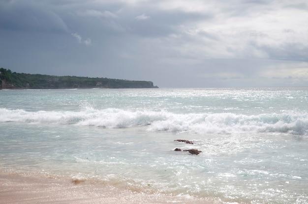 Paysage marin le long du littoral à bali Photo Premium