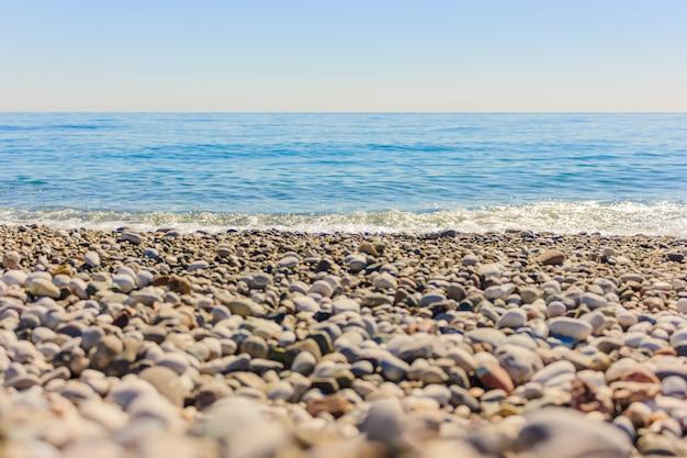 Paysage méditerranéen à antalya, en turquie. mer bleue, vagues et galets Photo Premium
