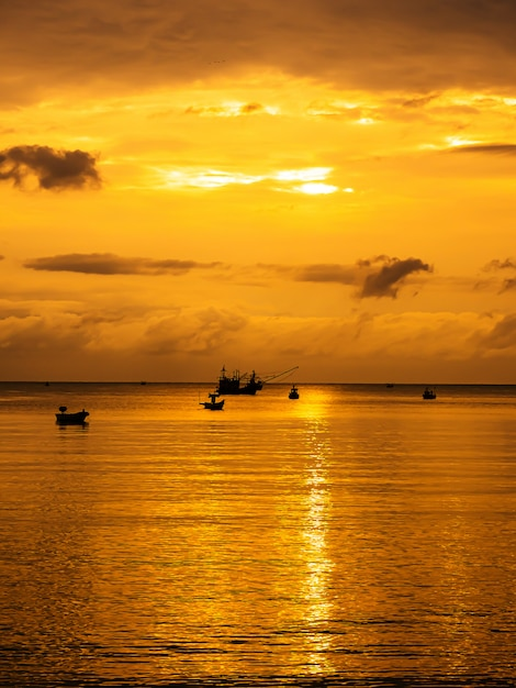 Paysage de mer au crépuscule, thaïlande Photo Premium