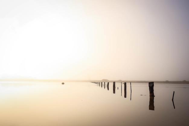 Paysage De La Mer Avec Des Planches En Bois D'un Quai Inachevé En Elle Sous La Lumière Du Soleil Photo gratuit