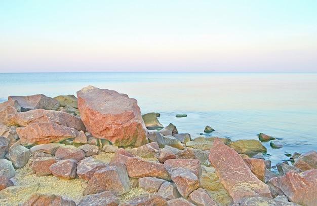 Paysage de mer sauvage avec la côte pierreuse. paysage de mer romantique. Photo Premium