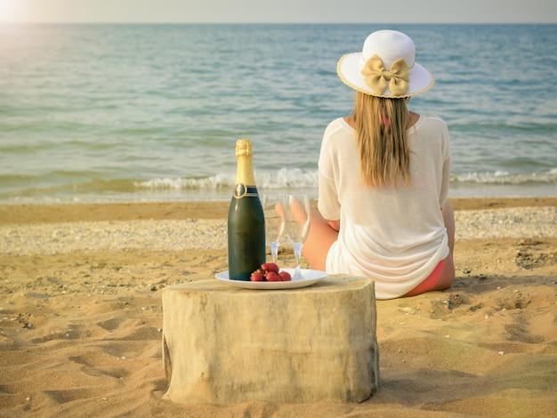 Paysage De Mer Le Soir Avec Une Femme Avec Champagne Et Fraises. Photo Premium