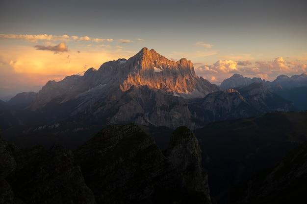 Paysage De Montagne Au Coucher Du Soleil Photo Premium