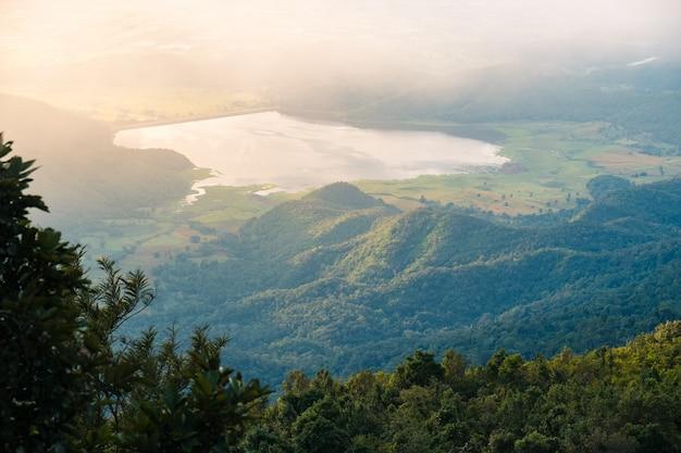Paysage de montagne au lever du soleil. lac et chaîne de montagnes, parc national de ramkhamhaeng, thaïlande Photo Premium