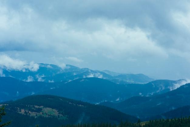Paysage de montagne contre le ciel avec des nuages Photo gratuit