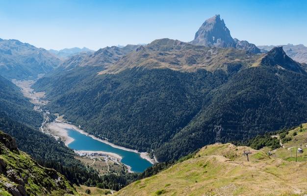 Paysage de montagne dans les pyrénées avec lac Photo Premium