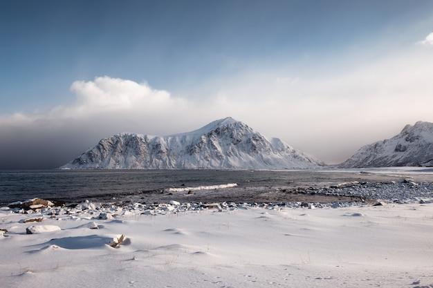 Paysage de montagne enneigée avec ciel couvert en hiver Photo Premium