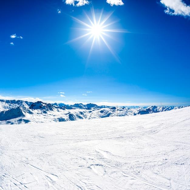Paysage De Montagne D'hiver Avec Soleil Photo gratuit