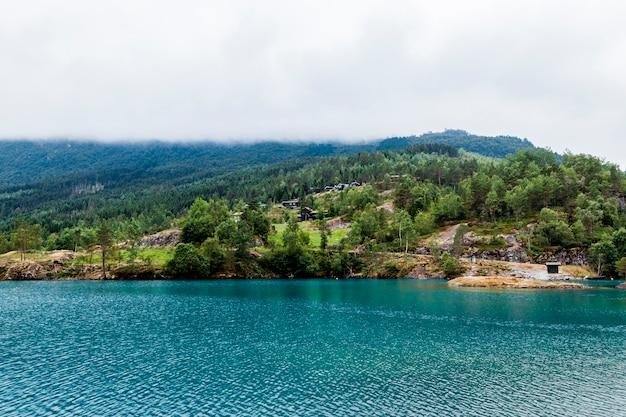 Paysage de montagne verte avec lac idyllique bleu Photo gratuit