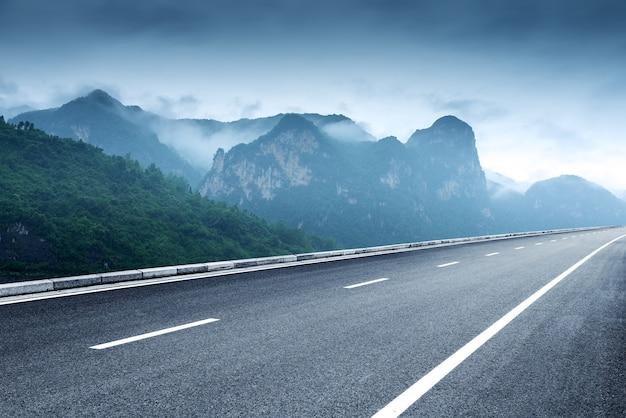 Paysage De Montagnes Et Autoroutes Nuageux Photo Premium