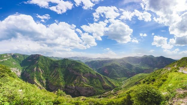 Paysage avec montagnes et ciel Photo Premium