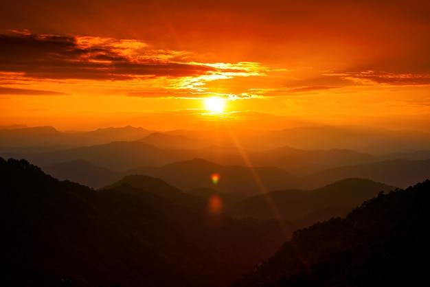 Paysage De Montagnes Majestueuses Dans Le Ciel Coucher De Soleil Avec Des Nuages, Chiang Mai, Thaïlande Photo Premium