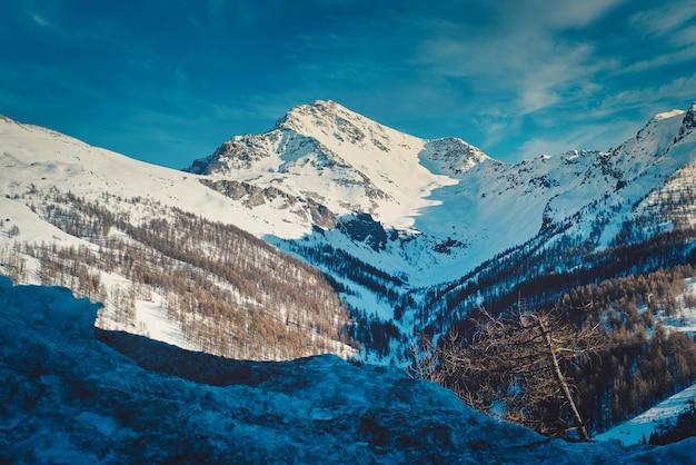 Paysage De Montagnes Rocheuses Couvertes De Neige Sous La Lumière Du Soleil à Sestrières En Italie Photo gratuit