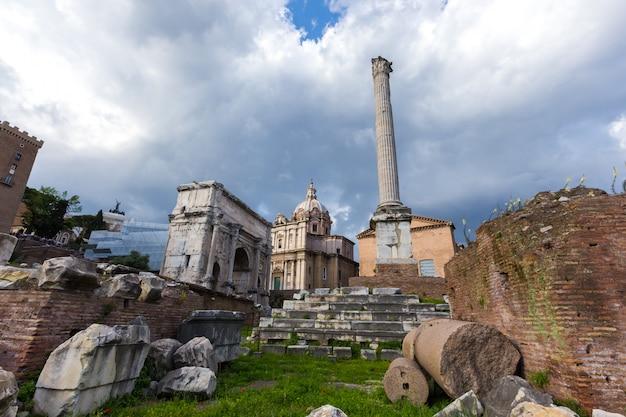 Paysage avec monuments détruits Photo gratuit