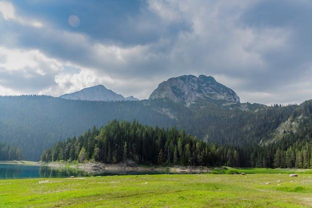 Paysage naturel. lac de montagne, monténégro, parc national de durmitor Photo Premium