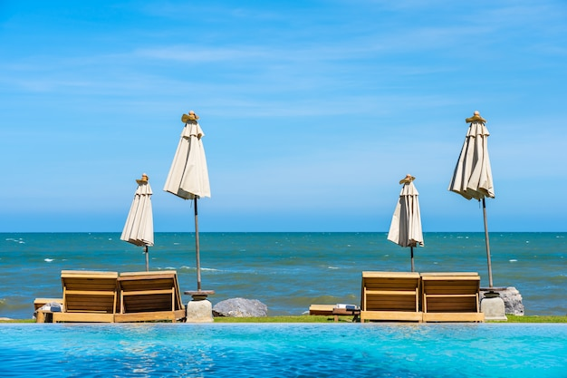 Paysage naturel en plein air avec une chaise longue autour de la piscine dans le complexe hôtelier Photo gratuit