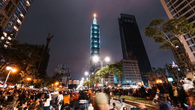 Paysage Nocturne De La Ville De Taipei Et Gratte-ciel De Taipei 101 Avant éclairés Par Des Feux D'artifice. Photo Premium
