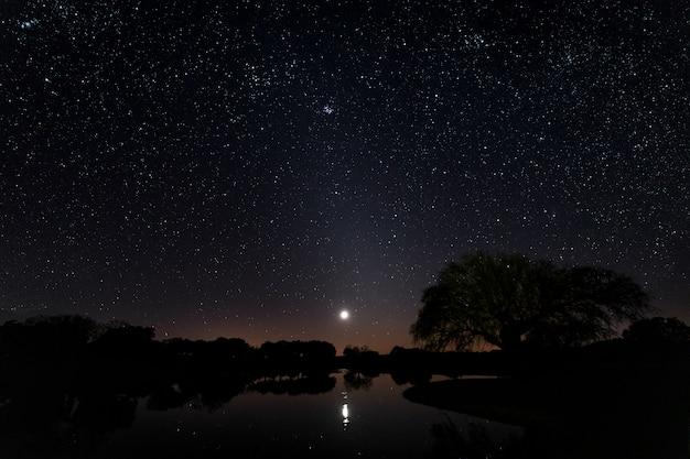 Paysage De Nuit à Arroyo De La Luz. Estrémadure. Espagne. Photo Premium